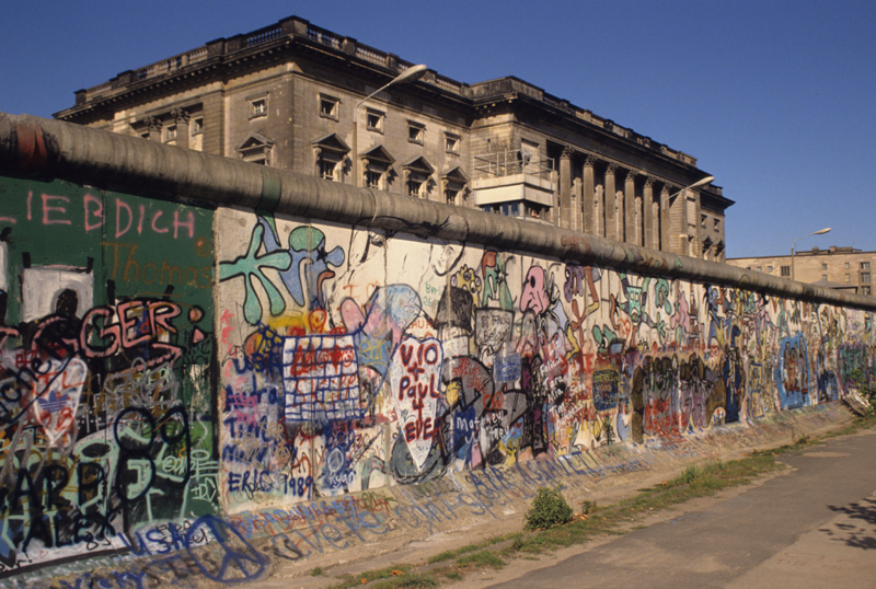 The Berlin Wall : Jonathan Borofsky Running Man ; Art isn't sacred