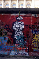 The Berlin Wall : Statue sans tete; rock head